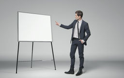 Νέος επιχειρηματίας που κάνει μια διάλεξη για την επιχείρηση Στοκ Φωτογραφίες
