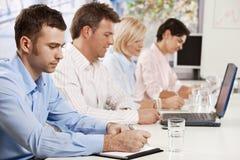 Σημειώσεις γραψίματος επιχειρηματιών για τη συνεδρίαση Στοκ Εικόνες