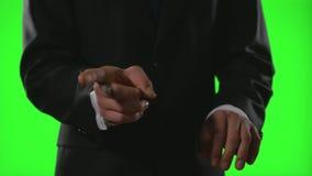 Νέος επιχειρηματίας που κάνει τις χειρονομίες δακτυλογράφησης σε ένα εικονικό επιχειρησιακό περιβάλλον στην πράσινη οθόνη απόθεμα βίντεο