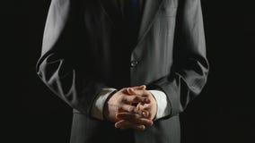 Νέος επιχειρηματίας που κάνει τις χειρονομίες χεριών για τη διαφανή οθόνη φιλμ μικρού μήκους