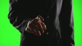 Νέος επιχειρηματίας που κάνει τις χειρονομίες χεριών σε ένα εικονικό επιχειρησιακό περιβάλλον στην πράσινη οθόνη απόθεμα βίντεο