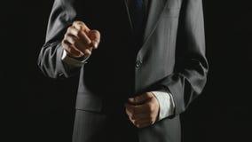 Νέος επιχειρηματίας που κάνει τις χειρονομίες χεριών σε ένα εικονικό επιχειρησιακό περιβάλλον απόθεμα βίντεο