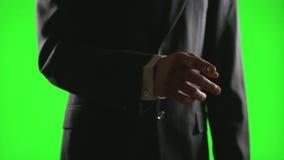Νέος επιχειρηματίας που κάνει τις χειρονομίες χεριών σε ένα εικονικό επιχειρησιακό περιβάλλον στην πράσινη οθόνη φιλμ μικρού μήκους