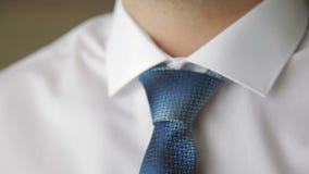 Νέος επιχειρηματίας που καθορίζει το δεσμό του φιλμ μικρού μήκους