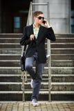 Νέος επιχειρηματίας που καλεί το κινητό τηλέφωνο υπαίθριο Στοκ Φωτογραφία