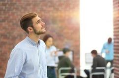 Νέος επιχειρηματίας που κοιτάζει μακριά εργαζόμενος στο γραφείο Στοκ φωτογραφία με δικαίωμα ελεύθερης χρήσης