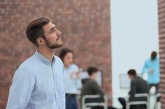 Νέος επιχειρηματίας που κοιτάζει μακριά εργαζόμενος στο γραφείο Στοκ φωτογραφίες με δικαίωμα ελεύθερης χρήσης