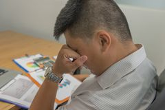 Νέος επιχειρηματίας που κουράζεται για τα οικονομικά προβλήματα στοκ εικόνες με δικαίωμα ελεύθερης χρήσης
