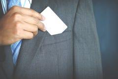 Νέος επιχειρηματίας που κρατά την άσπρη επαγγελματική κάρτα Στοκ εικόνα με δικαίωμα ελεύθερης χρήσης