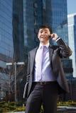 Νέος επιχειρηματίας που μιλά στο κινητό τηλέφωνο. Στοκ Φωτογραφίες