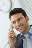 Νέος επιχειρηματίας που μιλά στο τηλέφωνο γραμμών εδάφους Στοκ εικόνα με δικαίωμα ελεύθερης χρήσης
