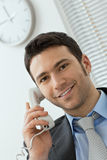 Νέος επιχειρηματίας που μιλά στο τηλέφωνο γραμμών εδάφους Στοκ φωτογραφία με δικαίωμα ελεύθερης χρήσης