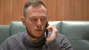 Νέος επιχειρηματίας που μιλά στο τηλέφωνο στο γραφείο Στοκ Φωτογραφία