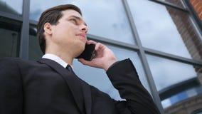 Νέος επιχειρηματίας που μιλά στο τηλέφωνο, διαπραγμάτευση Στοκ εικόνες με δικαίωμα ελεύθερης χρήσης