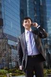 Νέος επιχειρηματίας που μιλά στο κινητό τηλέφωνο. Στοκ Φωτογραφία