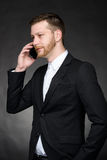 Νέος επιχειρηματίας που μιλά στο κινητό τηλέφωνο Στοκ Φωτογραφία