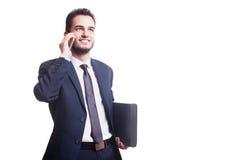 Νέος επιχειρηματίας που μιλά στο τηλέφωνο και το χαμόγελο Στοκ Φωτογραφία