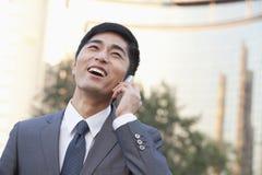 Νέος επιχειρηματίας που μιλά στο τηλέφωνο κυττάρων Στοκ εικόνες με δικαίωμα ελεύθερης χρήσης
