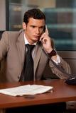 Νέος επιχειρηματίας που μιλά στο τηλέφωνο στην αρχή Στοκ Εικόνα
