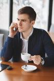 Νέος επιχειρηματίας που μιλά στο τηλέφωνο στον καφέ Στοκ φωτογραφίες με δικαίωμα ελεύθερης χρήσης