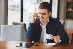 Νέος επιχειρηματίας που μιλά στο τηλέφωνο στον καφέ Στοκ εικόνες με δικαίωμα ελεύθερης χρήσης