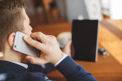 Νέος επιχειρηματίας που μιλά στο τηλέφωνο στον καφέ Στοκ φωτογραφία με δικαίωμα ελεύθερης χρήσης