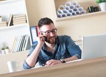 Νέος επιχειρηματίας που μιλά στο τηλέφωνο Στοκ εικόνα με δικαίωμα ελεύθερης χρήσης