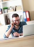 Νέος επιχειρηματίας που μιλά στο τηλέφωνο Στοκ Εικόνες