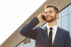 Νέος επιχειρηματίας που μιλά στο τηλέφωνό του υπαίθρια Στοκ εικόνες με δικαίωμα ελεύθερης χρήσης