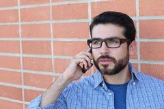 Νέος επιχειρηματίας που μιλά στο τηλέφωνό του υπαίθρια Στοκ φωτογραφία με δικαίωμα ελεύθερης χρήσης