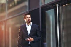 Νέος επιχειρηματίας που μιλά στο τηλέφωνό του Στοκ Εικόνα