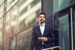 Νέος επιχειρηματίας που μιλά στο τηλέφωνό του Στοκ Φωτογραφία