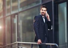 Νέος επιχειρηματίας που μιλά στο τηλέφωνό του Στοκ φωτογραφίες με δικαίωμα ελεύθερης χρήσης