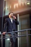 Νέος επιχειρηματίας που μιλά στο τηλέφωνό του Στοκ Φωτογραφίες