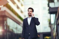 Νέος επιχειρηματίας που μιλά στο τηλέφωνό του Στοκ Εικόνες