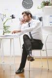 Νέος επιχειρηματίας που μιλά στο smartphone στην αρχή, Στοκ Φωτογραφίες