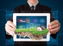 Επιχειρηματίας που παρουσιάζει ένα τέλειο έδαφος οικολογίας με ένα σπίτι και ένα W Στοκ φωτογραφία με δικαίωμα ελεύθερης χρήσης