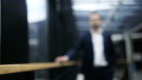 Νέος επιχειρηματίας που περπατά στο έξυπνο λόμπι γραφείων απόθεμα βίντεο