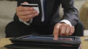 Νέος επιχειρηματίας που πληρώνει τους λογαριασμούς και που χρησιμοποιεί τις σε απευθείας σύνδεση τραπεζικές εργασίες σε ένα PC τα απόθεμα βίντεο