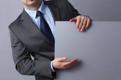 Νέος επιχειρηματίας που στέκεται κοντά σε έναν κενό πίνακα Στοκ Εικόνα