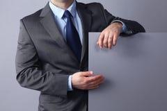 Νέος επιχειρηματίας που στέκεται κοντά σε έναν κενό πίνακα Στοκ φωτογραφία με δικαίωμα ελεύθερης χρήσης