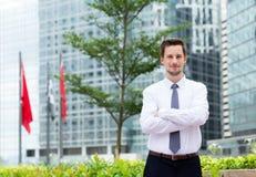 Νέος επιχειρηματίας που στέκεται σε υπαίθριο Στοκ φωτογραφία με δικαίωμα ελεύθερης χρήσης