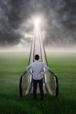 Νέος επιχειρηματίας που υπερασπίζεται μια κυλιόμενη σκάλα Στοκ εικόνες με δικαίωμα ελεύθερης χρήσης