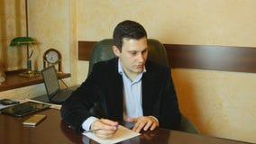 Νέος επιχειρηματίας που υπογράφει τα έγγραφα και που μιλά με το συνάδελφο απόθεμα βίντεο