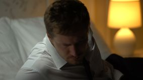 Νέος επιχειρηματίας που υφίσταται την απόλυση, που βρίσκεται στο κρεβάτι με το κενό μπουκάλι, αλκοολισμός απόθεμα βίντεο