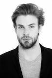 Νέος επιχειρηματίας που φορά το γκρίζο πουκάμισο και το μαύρο σακάκι Στοκ εικόνα με δικαίωμα ελεύθερης χρήσης