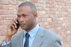 Νέος επιχειρηματίας που φωνάζει στο τηλέφωνο Ανατρέποντας επιχειρησιακή τηλεφωνική συνομιλία Απομονωμένος στο υπόβαθρο τουβλότοιχ Στοκ Εικόνες