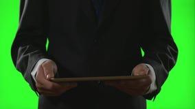 Νέος επιχειρηματίας που χρησιμοποιεί ένα PC ταμπλετών σε ένα εικονικό επιχειρησιακό περιβάλλον στην πράσινη οθόνη απόθεμα βίντεο