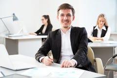 Νέος επιχειρηματίας που χρησιμοποιεί τον υπολογιστή στο γραφείο Στοκ φωτογραφία με δικαίωμα ελεύθερης χρήσης