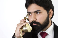 Νέος επιχειρηματίας που χρησιμοποιεί το εκλεκτής ποιότητας τηλέφωνο Στοκ φωτογραφία με δικαίωμα ελεύθερης χρήσης